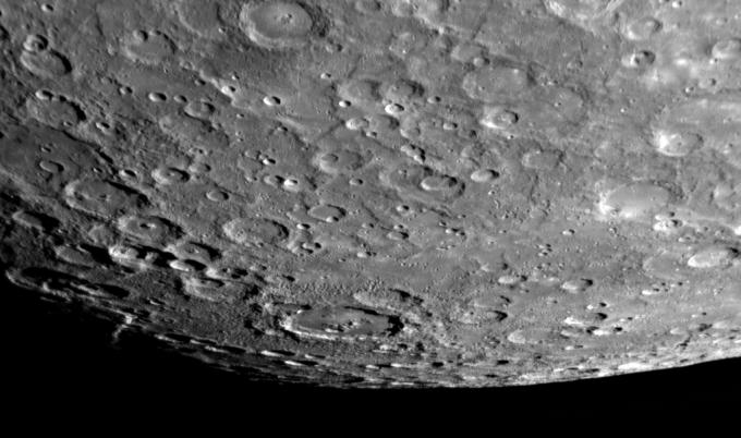 Snímek jižního pólu Merkuru potvrzuje chybějící atmosféru.
