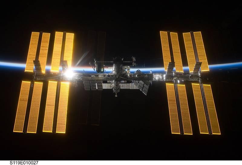 Pohled na Mezinárodní vesmírnou stanici v roce 2009 z raketoplánu Discovery