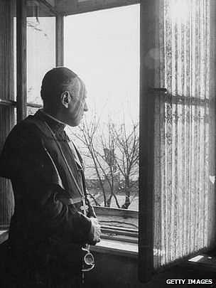Kardinál Mindszenty vokně americké ambasády vBudapešti, kde našel azyl na dlouhých 16let