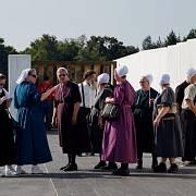 Amišské ženy u památníku letadla zříceného 11. září 2001 v Pensylvánii