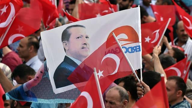 Prezident Recep Tayyip Erdoğan je u moci od roku 2003 a v Turecku se těší velké podpoře.