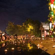 Chrám Wat Phan Tao je v průběhu svátku Yi Peng ještě mnohem krásnější než obvykle. Tichá hudba, zpěv ptáků, tisíce svíček, svící a lampionů a ještě mnohem víc zapálených vonných tyčinek vás přenese do jiného světa.
