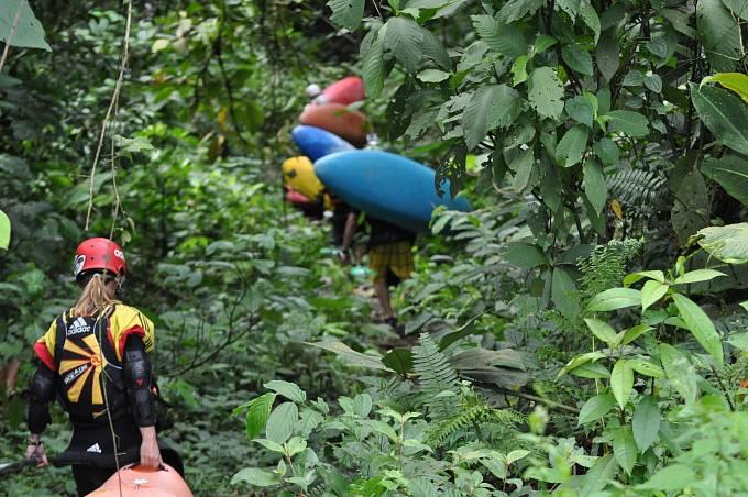 Kajakáři nejprve absolvují krkolomný přístup k řece