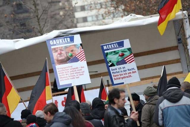 Ani doma to německá kancléřka nemá jednoduché, její popularita spřílivem migrantů klesá.