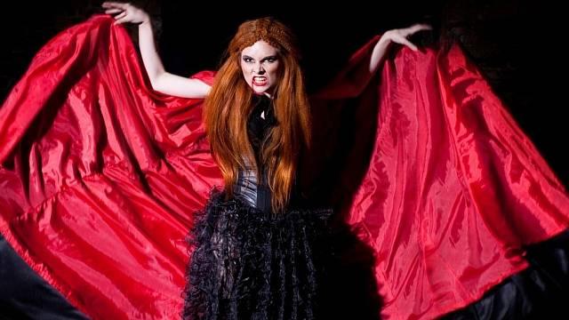 Načervenalá barva vlasů byla znakem upírů.