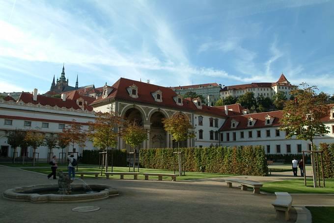Valdštejnský palác, který nechal Albrecht z Valdštejna vybudovat na Malé straně, dnes sídlí Senát.