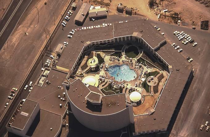 Letecký pohled na podobu Caesar's Palace v 70. letech