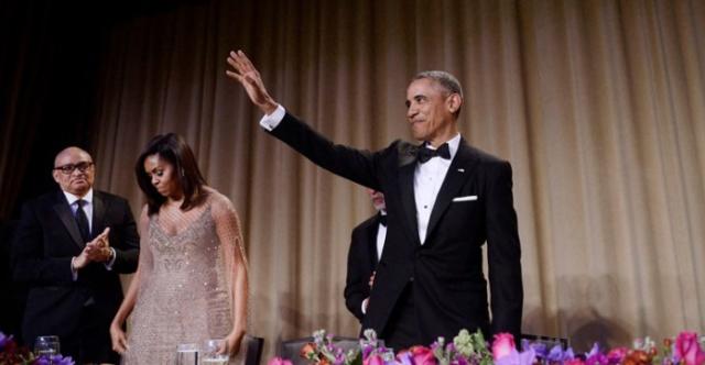 Barrack Obama se loučí spřítomnými po svém vystouení na na večeři vBílém domě skorespondenty.