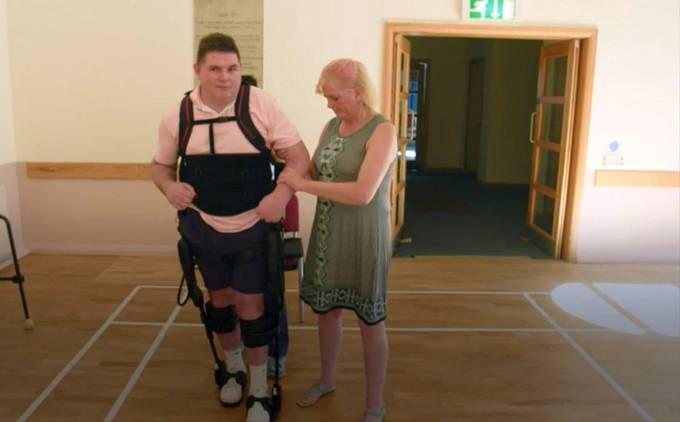 Stephen McCoy, těžce zraněný při katastrofě, začíná po 30 letech opět chodit