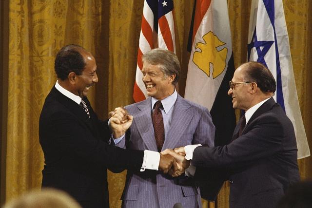 Zleva Sadat, Carter a Begin při podpisu egyptsko-izraelské mírové smlouvy ve Washingtonu vroce 1979
