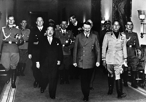 27.září 1940byl vBerlíně podepsán německo-italsko-japonský Pakt tří. Zleva japonský velvyslanec Sakuro Kurosu, Adolf Hitler a italský ministr zahraničí Galeazzo Ciano