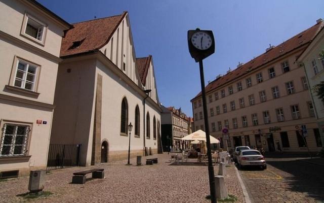 Betlémská kaple vPraze. Původní objekt zlet 1391až 1394byl pro zchátralost zbořen roku 1786.Dnešní budova je novostavba z1. poloviny 50.let 20.století.