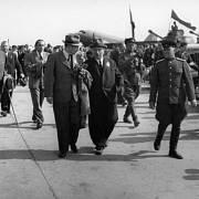 Předseda československé vlády Zdeněk Fierlinger s předsedou České národní rady Albertem Pražákem a ruským generálem Pavlem Semjonovičem Rybalkem na kbelském letišti 10. května 1945