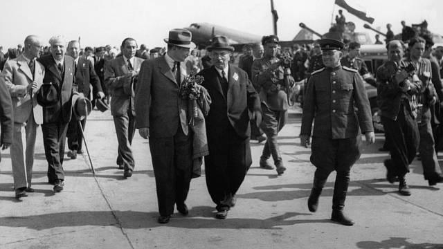 Předseda vlády Zdeněk Fierlinger s předsedou České národní rady Albertem Pražákem a ruským generálem Pavlem Semjonovičem Rybalkem na kbelském letišti 10. května 1945