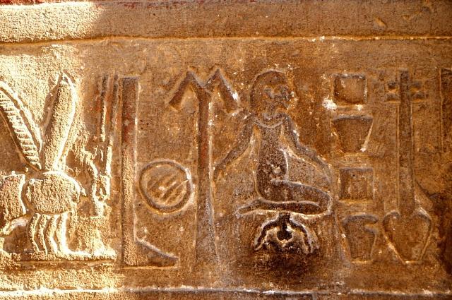 VEgyptě se rodilo převážně vkleče, což dokládají ihieroglyfy