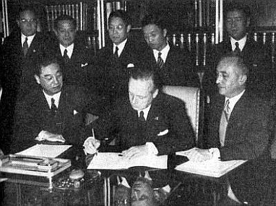 Podpis Paktu proti Kominterně 25.listopadu 1936.Za japonskou vládu podepisuje velvyslanec Mušanokoji Kintomo, za Německo Joachim von Ribbentrop (vpravo)