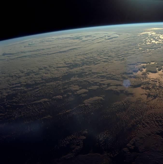 Astronauti 1,5krát obletěli Zemi. Poté se znovu krátce zažehly motory a navedly loď na dráhu k Měsíci.