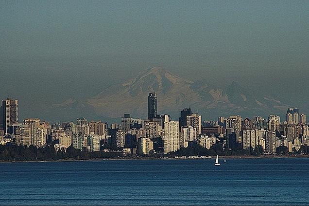 Vancouver a smog. Snímek je zroku 2006.