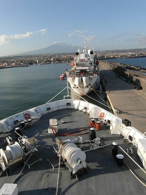 Z paluby lodě italské pobřežní stráže – na obzoru Etna