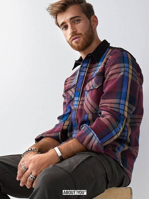 Německý model a influencer Daniel Toni Jais také propaguje tento e-shop