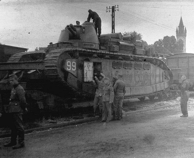 Francouzský tank Champagne zadržen německými vojáky