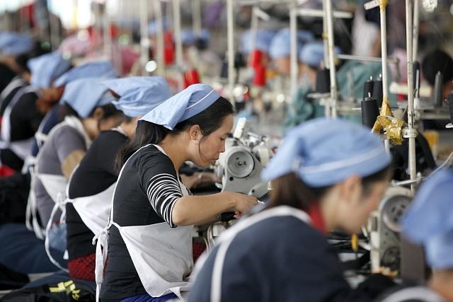 Jeden zmnoha čínských oděvních závodů zaměřených na vývoz na evropské trhy. Možná ityto dělnice jednou ztratí práci vdůsledku stěhování výroby do levnějších zemí.