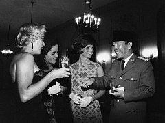 """""""Ikonická fotografie"""" Marylin Monroe, Elisabeth Taylorové a Jacqueline Kennedyové se zakladatelem Indonésie Sukarnem. Která však vůbec není pravá"""
