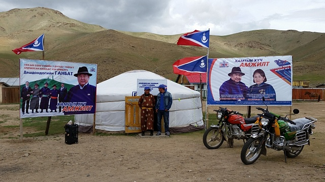 Předvolební jurty s rozličnými stranickými materiály k dispozici si  soupeřící partaje nezřídka postavily jen několik metrů od sebe.