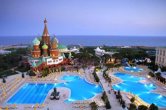 Komplex hotelu Kremlin Palace: vodní plocha za chrámem Vasila Blaženého věru není řeka Moskva.