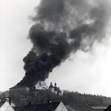 Hořící severní ambit a jižní a východní křídlo rezidence