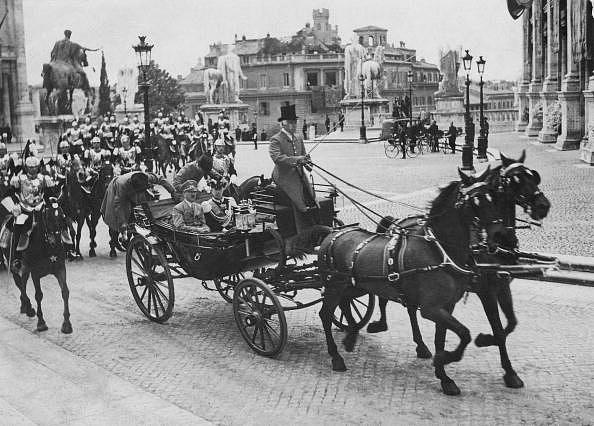 Hitler a italský král Viktor Emanuel při projížďce Římem