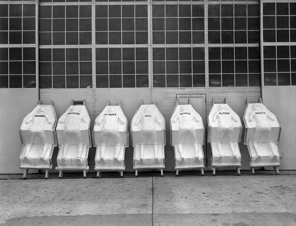 Z roku 1959 pochází snímek testovacích sedadel do lodi Mercury, která nejprve na oběžnou dráhu vynesla několik primátů, v roce 1961 i prvního Američana.