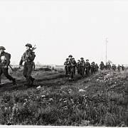 Kanadská pěchota při postupu osvobozovanou Francií