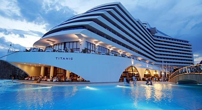 Tvar hotelu Titanic v Antalyi spoléhá na to, že pamětníci skutečného Titaniku už nežijí.