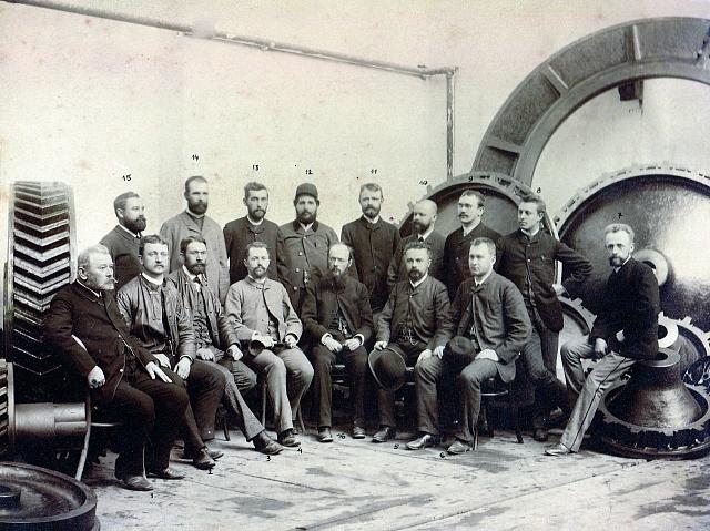 Emil Škoda (sedící pátý zleva) se svými spolupracovníky vroce 1888
