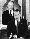 Richard Nixon, v pozadí viceprezident Gerald Ford