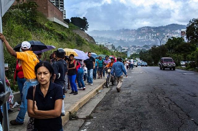 Nekonečná fronta lidí čekajících na nákup potravin.