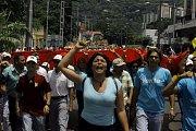 Bolívarovská Venezuela je na pokraji humanitární krize. Nedostatek jídla i léků přivádí do ulic statisíce lidí.