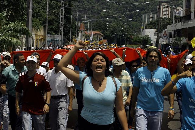 Bolívarovská Venezuela je na pokraji humanitární krize. Nedostatek jídla iléků přivádí do ulic statisíce lidí.