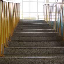 Školní schodiště ještě nepoznamenané