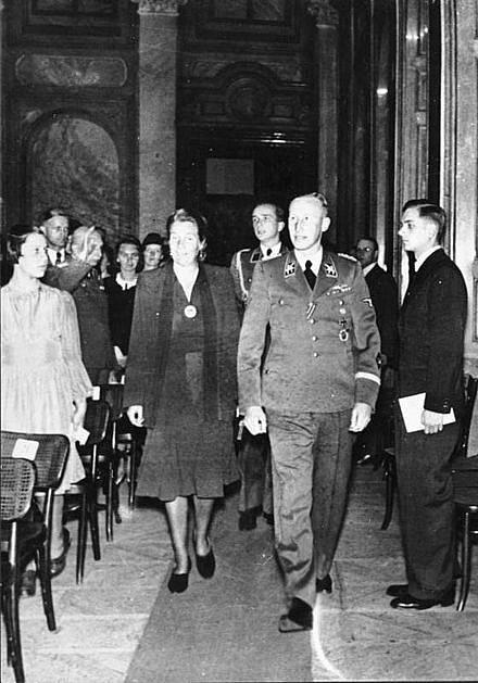 Reinhard Heydrich s manželkou Linou na koncertě v pražském Valdštejnském paláci