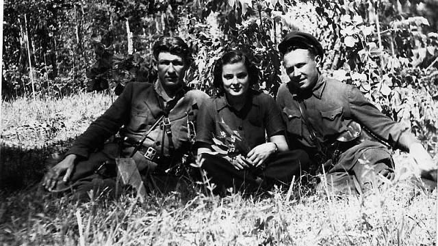 Krásná partyzánka se mstila tím, že fotila odpor proti nacistům.