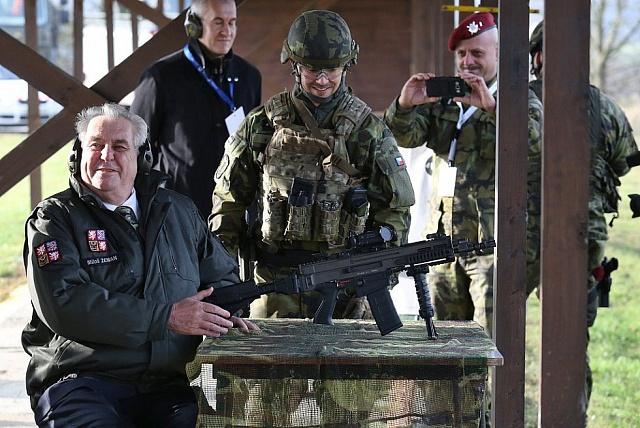 Dvaasedmdesátiletá hlava státu při oblíbené chlapecké hře na vojáky