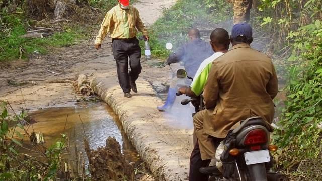 Obyvatelé Konga hledají v džungli coltan.
