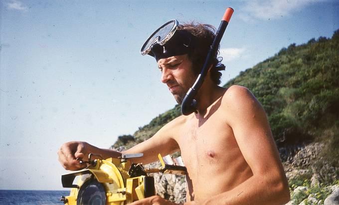 """Jan A. Novák v době své """"potápěčské kariéry"""", kdy fotil pod vodou přístroji vlastní konstrukce"""