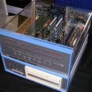 Osobní počítač Altair 8800. Společně s Paulem Allenem, kterého potkal na střední škole, naprogramoval pro něj počítačový jazyk BASIC.