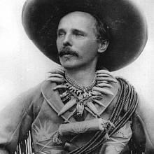 Spisovatel Karel May se rád stylizoval do podoby svého hrdiny