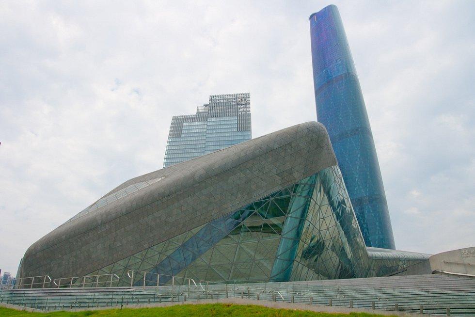 Opera v čínském městě Kanton (Guangzhou) je navržena od světoznámé architekty Zahy Hadidové. Otevřena byla před pěti lety.