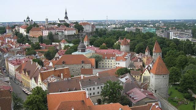 Centrum estonského hlavního města Tallinnu je dodnes z převážné části obehnáno středověkými hradbami.