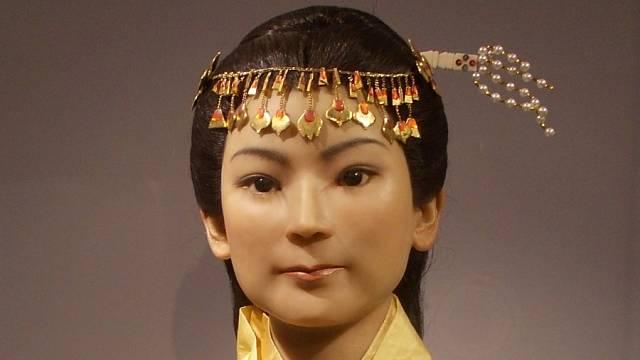 Xin Zhui (辛追), také známá jako Lady Dai, byla manželkou markýze Li Canga. Vosková reprodukce z obsazení její mumie objevená v Mawangdui.